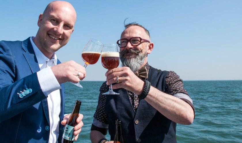 Hans Everse van Zilt E en Luc Weemaes, eigenaar van Barbier, toasten op en met het nieuwe Zeeuwse biermerk. FOTO: CARRIE FREDERIKS