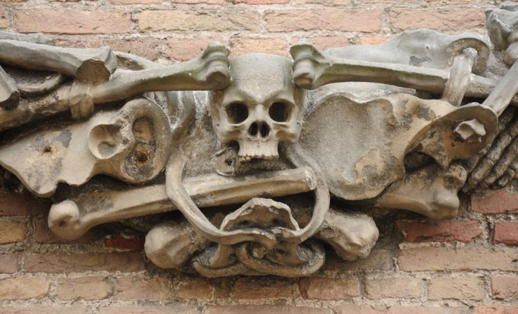 De buitenkant van de Oostkerk is rijk 'versierd'met vanitassymbolen, die de mensen wijzen op de eindigheid van hun aardse bestaan. Foto: Frank Husslage © Persgroep