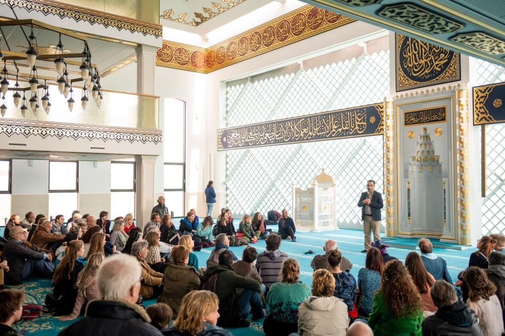 Er was veel belangstelling voor de rondleidingen door de Ulu Moskee.  Foto: Jelmer de Haas Foto: Jelmer de Haas © Persgroep