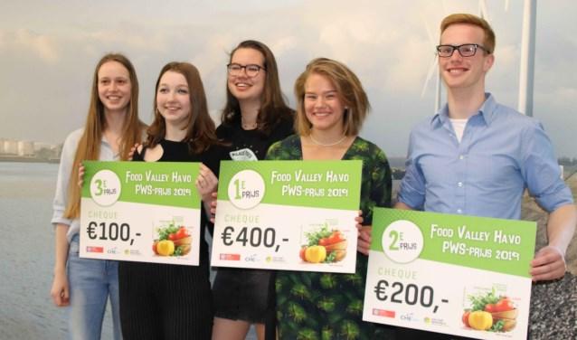 Maud Schut met de andere prijswinnaars van de profielwerkstukwedstrijd
