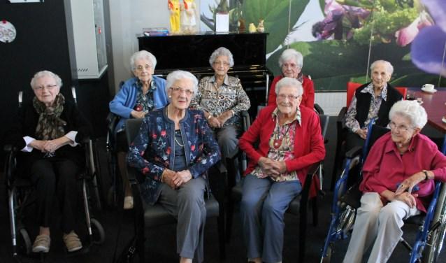 Honderdplussers: achterste rij vlnr: dames Vette, Caan, de Mol, Wondergem en de Roo; voorste: dames: Paulusse, Poortvliet en Traas.