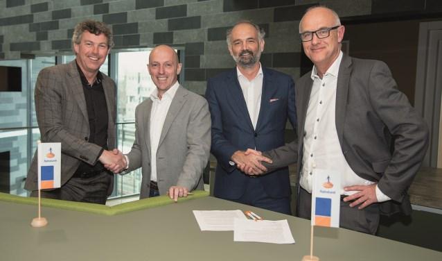 Betrokkenen tekenen een intentieverklaring voor samenvoeging van de Rabobank Alblasserwaard Vijfheerenlanden en Rabobank Merwestroom. Eigen foto