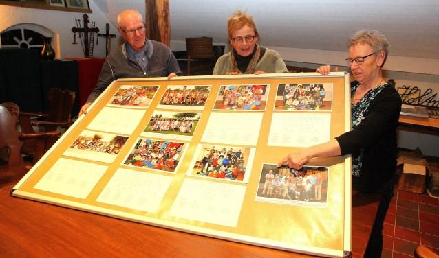 Cor Verberk, Riesé Verberk (midden) en Hetty Lenkens zijn druk bezig met de samenstelling van de expo. (foto: Gerrit van Kempen)