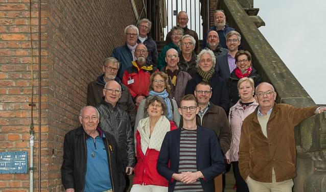 De torengidsen van stichting Het Gilde Zutphen staan klaar om bezoekers te ontvangen. Op de voorgrond wethouder Mathijs ten Broeke. (foto Paul Ploegman).