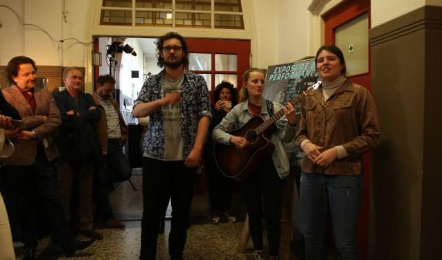Wethouder Becht (links) opent de 'Performance & Exposure', de expositie van eindexamenleerlingen van het Kalsbeek College. Foto: Inge van Heerde