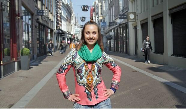 Olena voelt zich echt vrij in de Papestraat, waar ze veel mensen kent, zegt ze (Foto: Peter van Zetten).