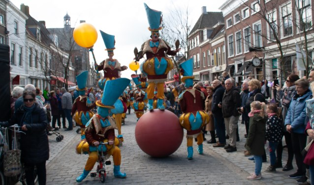 Circusachtige taferelen op de Voorstraat. Foto: Jacques Stam