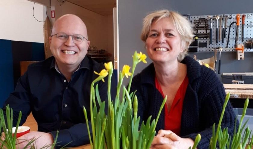 Johan van der Pols en Janny Bolink, de nieuwe en vertrekkende directeur van  de Jenaplanschool. (foto: 't Hoge Land)