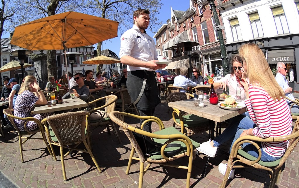 7. Volle terrassen op de Ginnekenmarkt Foto: Paul Hermans © Persgroep