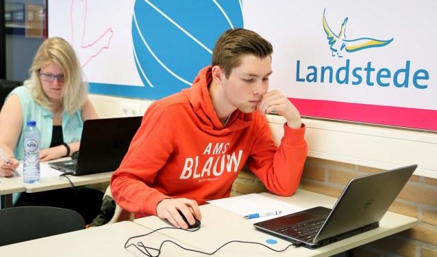 Opperste concentratie bij deelnemers aan de rekenwedstrijd.