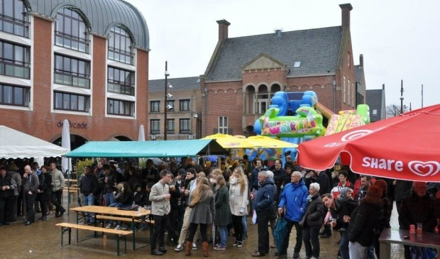De lokale ondernemers Grand Cafe De Arcade, Het Lokaal, La Cantina en De Smulkar Evenementenverzorging bundelen hun krachten om het Raadhuisplein te voorzien van een sfeervol terras met bars, een hamburger foodtruck en livemuziek.