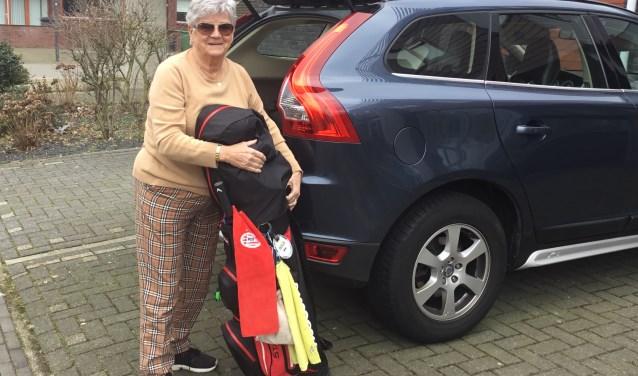 Ria van den Baar - Romanesco (76) laadt haar auto in. (Foto: DFP).
