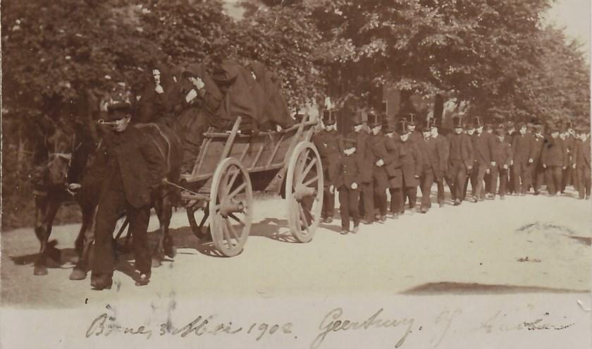 De begrafenis van Albert Breukers. Een boerenkar met daarop de zwartgesluierde weduwe en dochters, rond zijn kist. Foto: Stichting Historisch Archief Hengelo