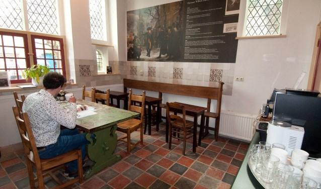 Met een kopje koffie even ontspannen in het nieuwe Daendels-café. (foto: Voerman Museum Hattem)