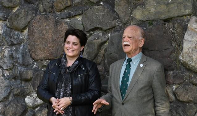 Bas de Gaay Fortman samen met Willemien Vreugdenhil voor de Muur van Mussert.
