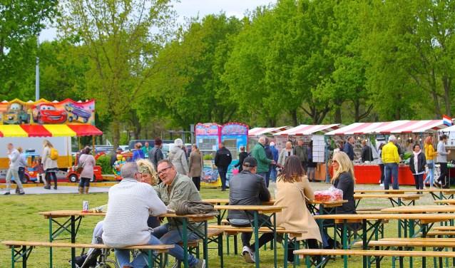 Genieten op de Voorjaarsmarkt bij de Rijkerswoerdse Plassen. (foto: Kirsten den Boef)