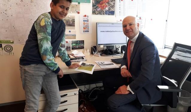 Jongerenambassadeur Berend van der Ven werd uitgenodigd door wethouder Van de Laar om te praten over rookvrije schoolpleinen.