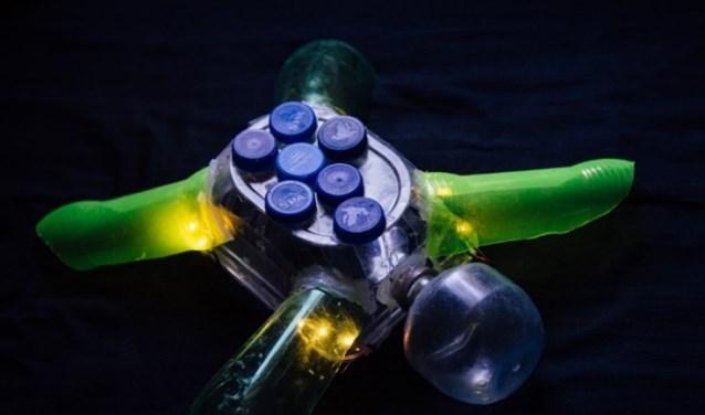 Een waterwezen gemaakt van  plasticafval uit een gracht in Utercht