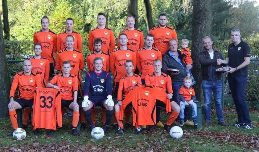 Het 7e elftal met de sponsors. (Foto: Wilfred Boon)