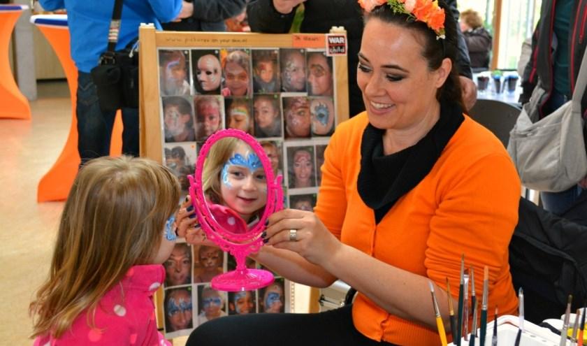 Voor veel kinderen is Koningsdag niet compleet zonder schmink. (foto: Arco van der Lee)