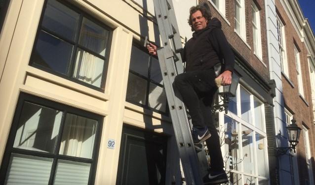Op de Zaadmarkt zie ik daar Marcel weer staan op zijn ladder.