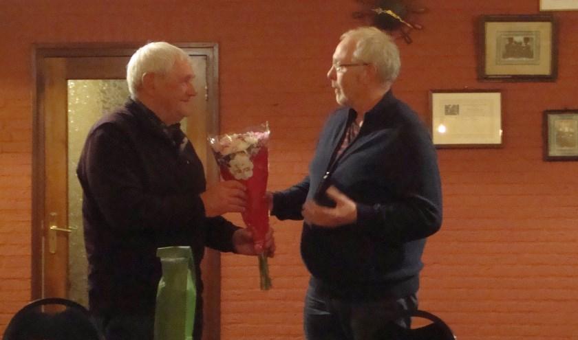 Voorzitter Gertie Kremer feliciteert Frans Kasteel met zijn erelidmaatschap.