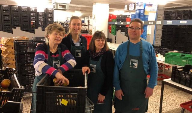 Vrijwilligers van de sorteerploeg van Voedselbank Midden Twente. Foto: Voedselbank Midden Twente
