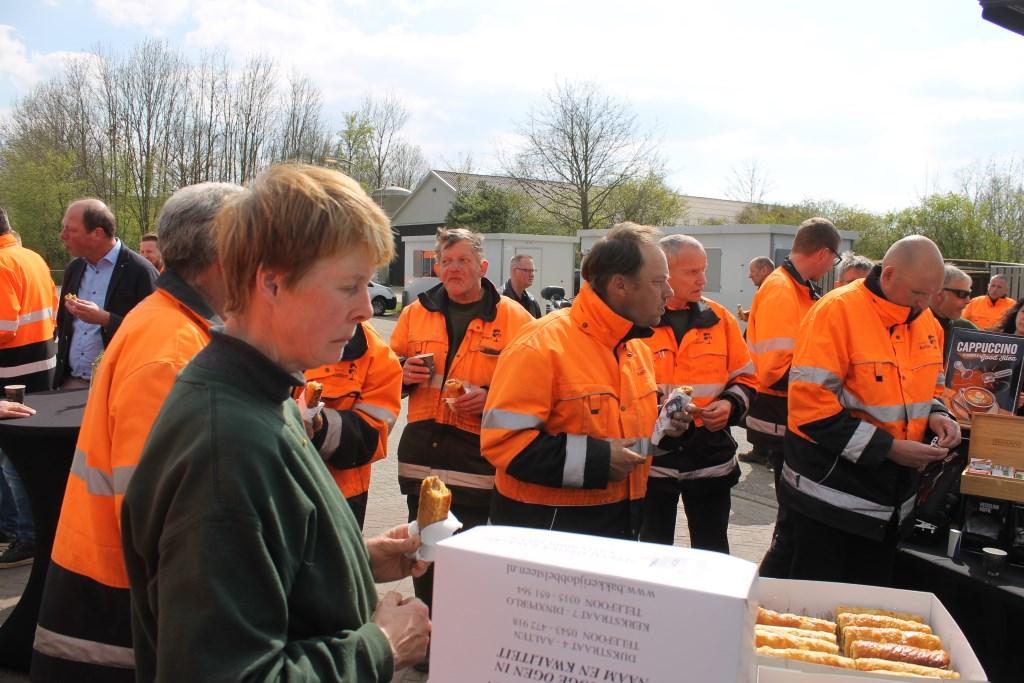 Na onthulling van het bouwbord genieten van koffie en een saucijzebroodje. Foto: Leo van der Linde © Persgroep