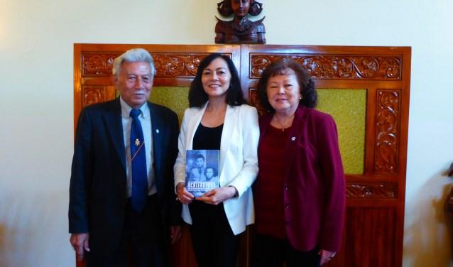 Ochtendpost van Shirley Rigault (midden) is in de prijzen gevallen. Het boek gaat over haar Zevenaarse ouders. (foto: Marnix ten Brinke)