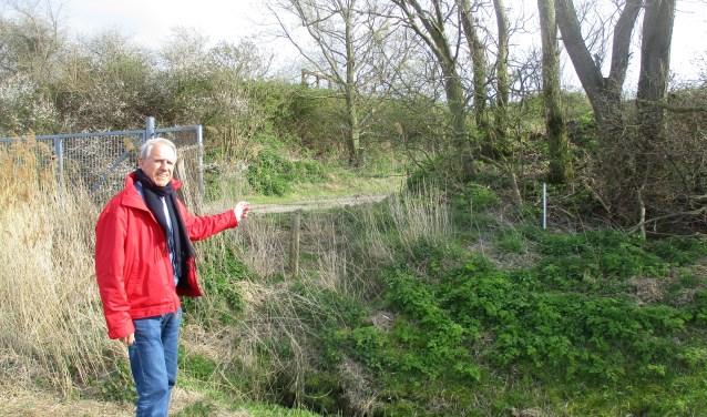 John van Wallenburg laat de locatie zien waar Zonnepark Koudekerke verrijst. FOTO: MARCEL VAN DER VOORT
