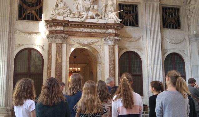 Gymnasiumleerlingen in de Burgerzaal in het Paleis op de Dam (foto: Els Visser)