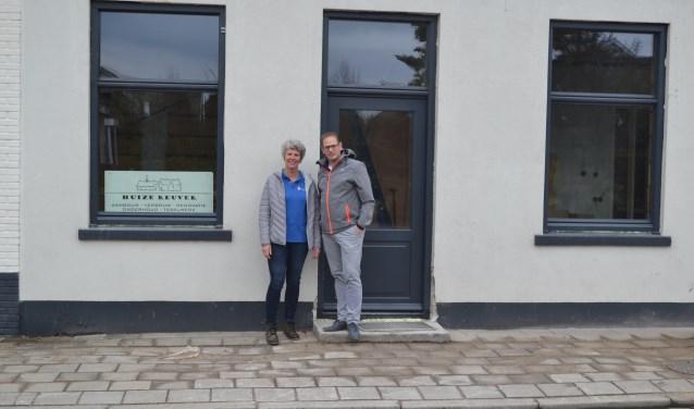Wilma Welhuis en Bob Rikhof voor het nieuwe pand aan de Oldenzaalsestraat.
