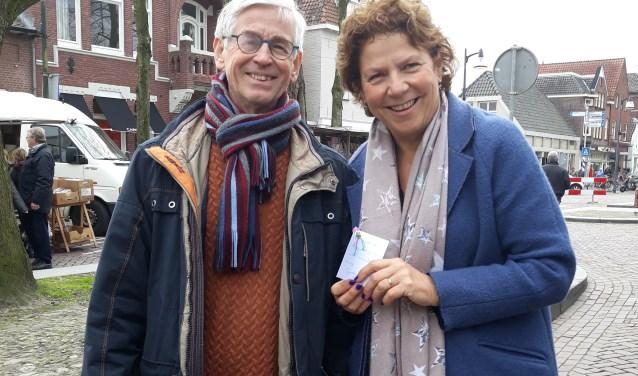 Medewerkers van het Taalhuis trokken onlangs naar de Markt, gewapend met een kaartje met daaraan een gelukspoppetje.