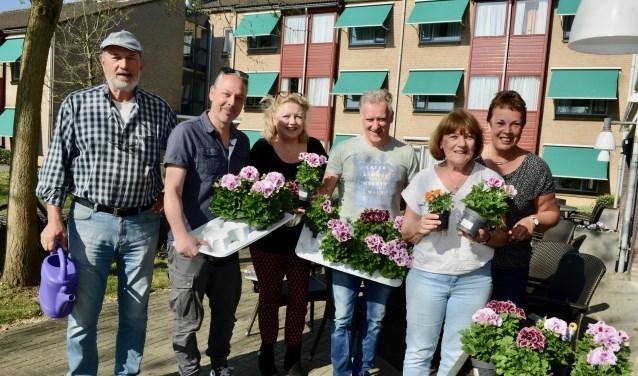 Door het bestuur van Buren bij Kaarslicht vlnr: Gé, Vincent, Marijke, Jan, Bertie en Lorna, worden voor het laatst de bloemetjes buiten gezet. Bloembakken bij Oranjehof in Buren werden voor de Pasen ingepoot.