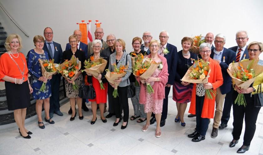 De gedecoreerden en hun partners poseren, samen met de burgemeester (links), voor de fotograaf. Foto: Gemeente Gorinchem