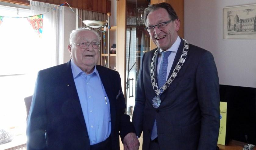"""De heer Rutteman wordt gefeliciteerd door burgmeester Koos Janssen. """"Wie is de honderd jarige"""", vraagt Janssen lachend aan de aanwezigen. Foto: Asta Diepen Stöpler"""