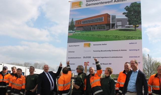 Wethouders Martin Veldhuizen en Ted Kok onthullen samen met de Gemeentewerf- en Laborijnmedewerkers het bouwbord bij de Gemeentewerf aan de Derde Broekdijk Aalten.