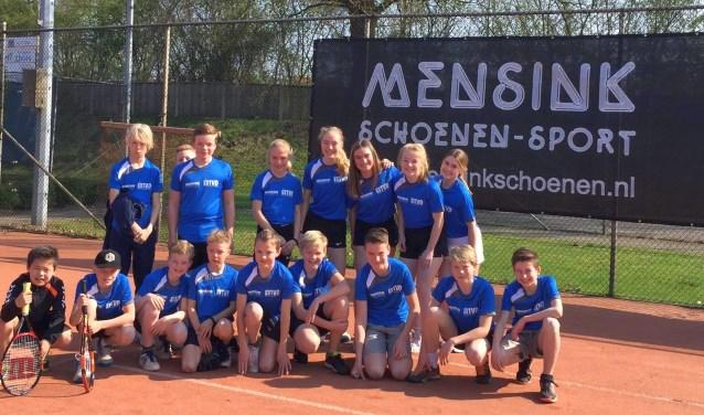 Enkele deelnemers aan de voorjaarscompetitie van Tennis Verenging Denekamp tonen hun gloednieuwe shirt.