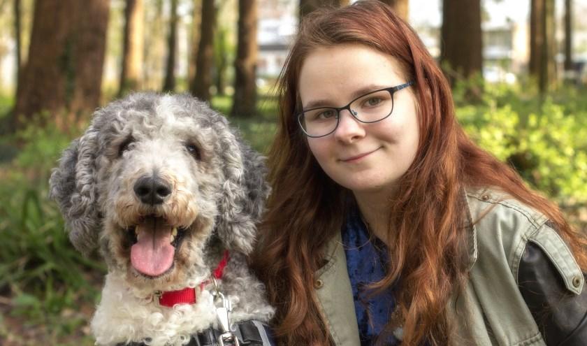 Vroeger was Melody erg bang voor honden, maar nu is ze dikke vrienden met hulphond Jean! (foto: Bas Bakema)