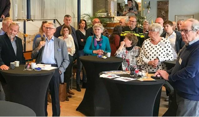 Koos van Arkel, voorzitter en initiatiefnemer van Stichting GeldZorg, spreekt de menigte toe.