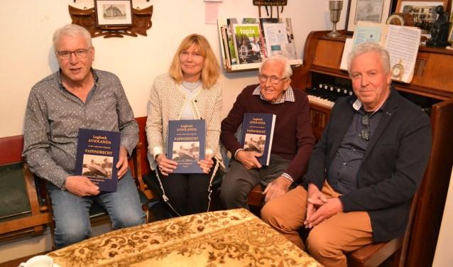 De presentatie van het boek. Van links naar rechts: Theo Viveen, wethouder Corine Verver, oud-werknemer Erkelens en Pieter van Wijngaarden. (foto: Arco van der Lee)