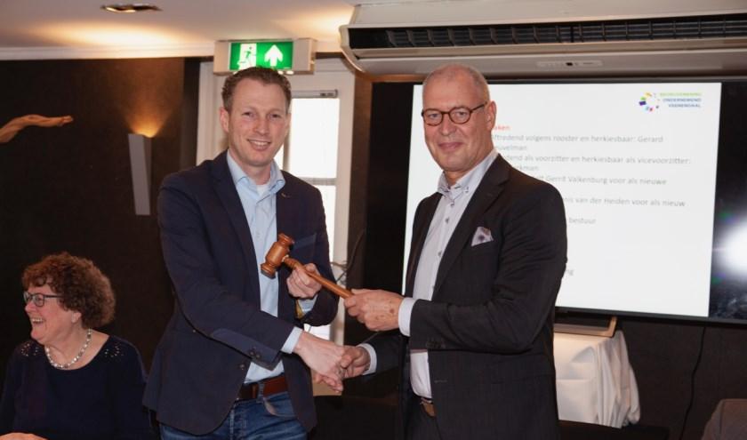 Wim Werkman (r) draagt de voorzittershamer over aan Gerrit Valkenburg. (Foto: Jan-Fotografie)