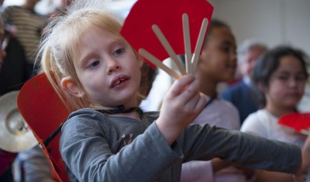 Alle groepen van basisschool Sunte Werfert in Elst leveren een prachtige bijdrage aan het Chinese festival. (foto: Ellen Koelewijn)