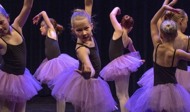 Zo'n 400 dansers van Kunstencentrum Waalwijk en Dansschool Kadance Kaatsheuvelschitterden zaterdag in Theater De Leest.