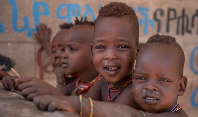 Kinderen van de Hamarstam zijn de leerlingen van de school in Turmi voor wie het project bedoeld was. (foto: Jan van den Heuij)