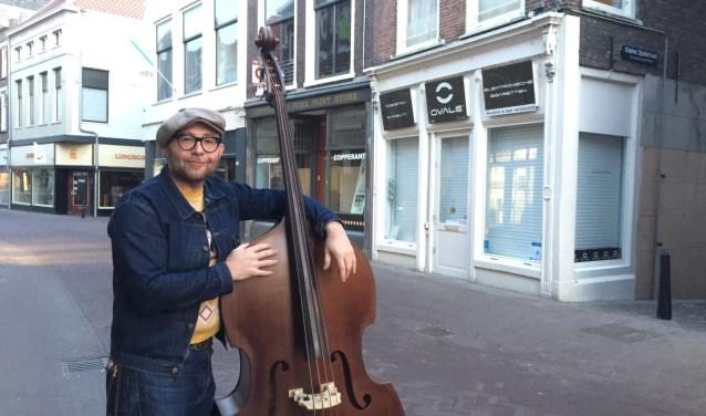 Ronald Tilgenkamp: 'Ik word echt blij als ik mijn contrabas vast heb'. (foto: Nanda van Heteren)