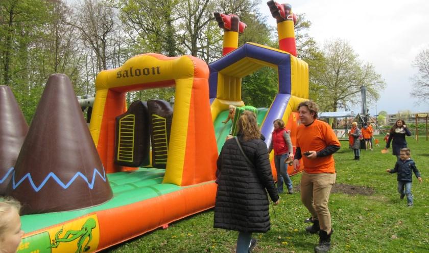 Kinderspelen op Koningsdag bij Goudestein in Maarssen. Tekst en archieffoto: Ria van Vredendaal