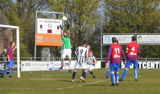 De Dubbeldam-spelers Marlon Springvloed (9) en Jim Voll (maker van de 2-0) moeten toezien hoe de doelman van Kethel Spaland deze situatie de baas is.