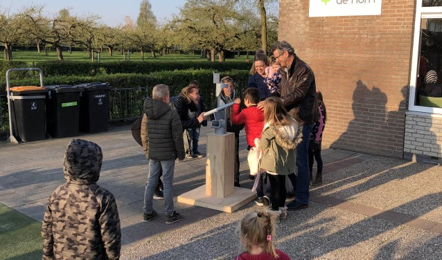 Het  6e sculptuur van Ruud Kuijer wordt aandachtig bekeken en besproken op het schoolplein van De Horn. Na de vakantie is het beeld te bekijken op het Kompas. FOTO: Anton Rekké