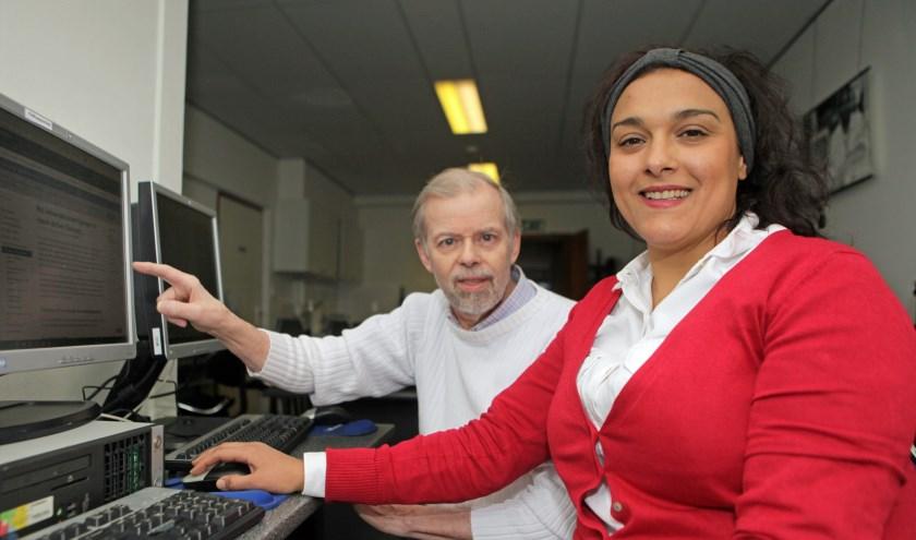 Samira heeft meer zelfvertrouwen gekregen door haar  ICT-lessen. Links Ton Mertens (Foto: Peter van Zetten).